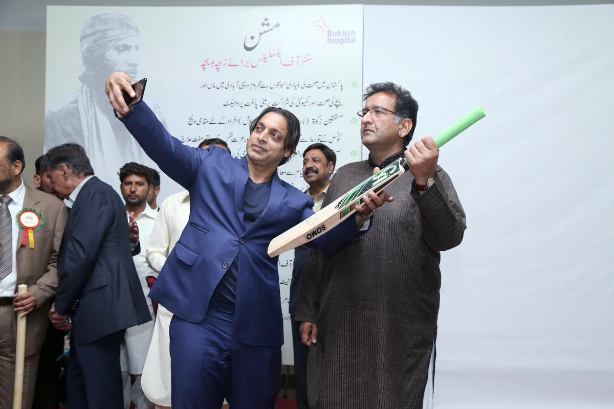 THE LEGEND SHOAIB AKHTAR TAKING SELFIE AT BAT AUCTIONING