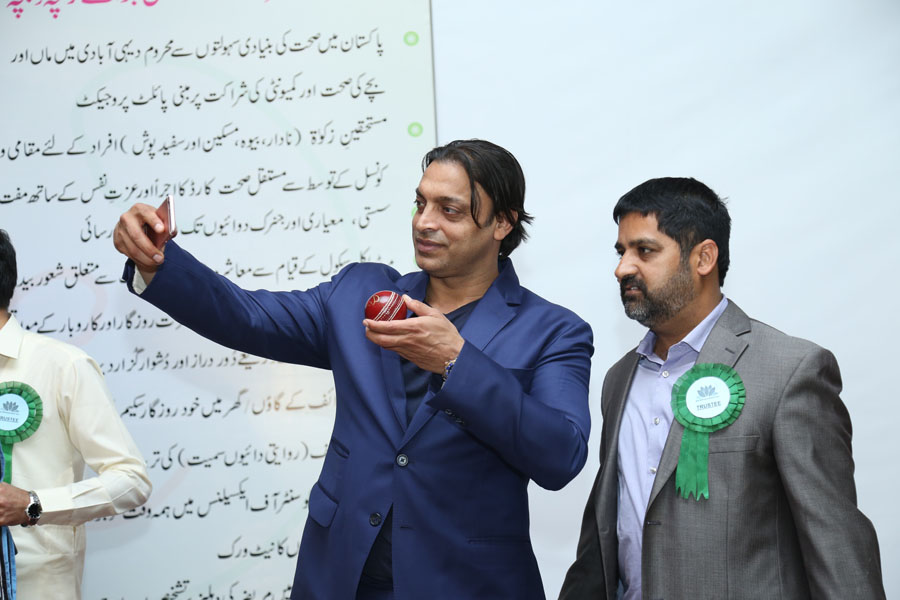 Omer Mushtaq Highest bidder of Third Ball having Selfie with Shoaib Akhtar